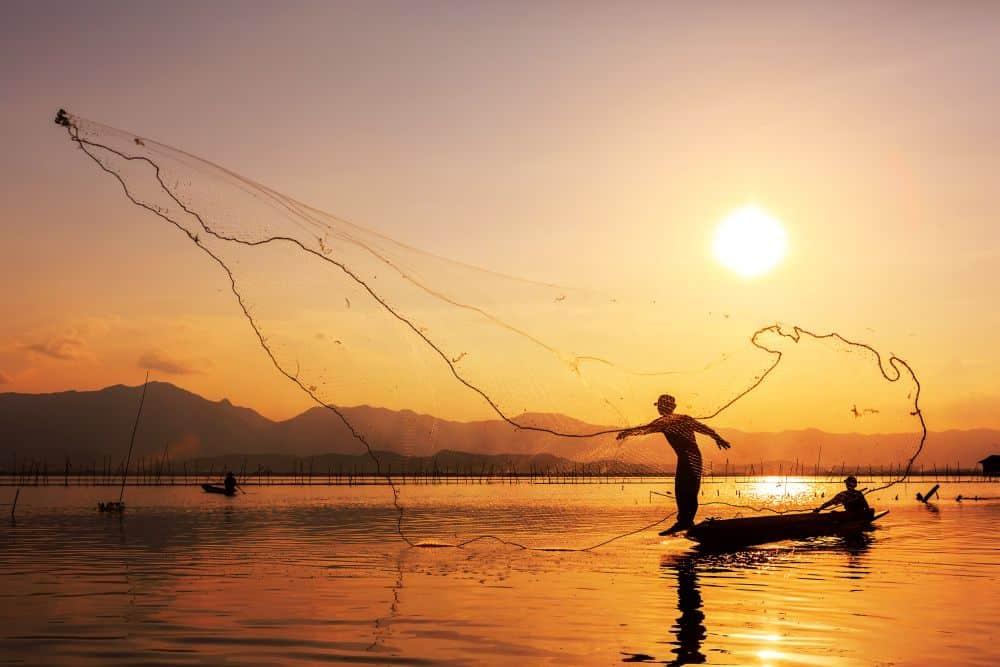 apus de soare cu pescar