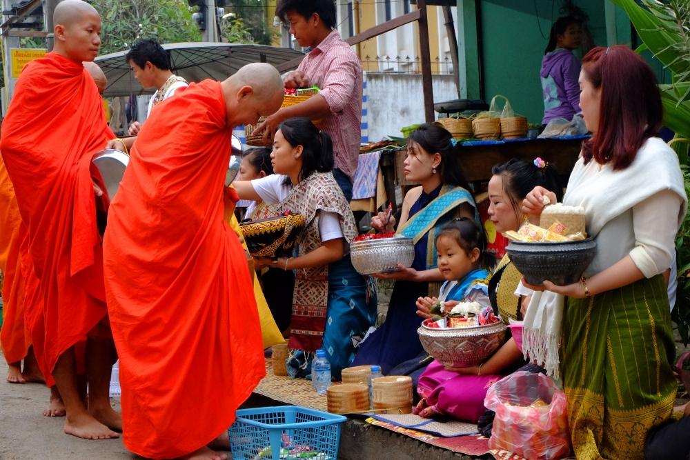 Tak Bat o săptămână în Laos
